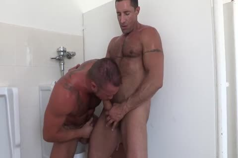 toilet bang Nick Capra, Michael Roman
