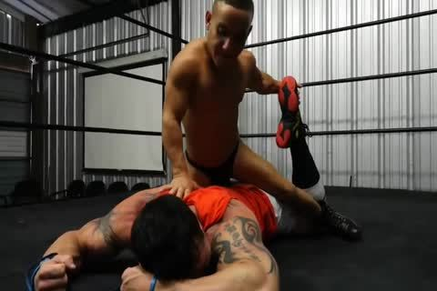 Muscle chap Beat Up By Midget